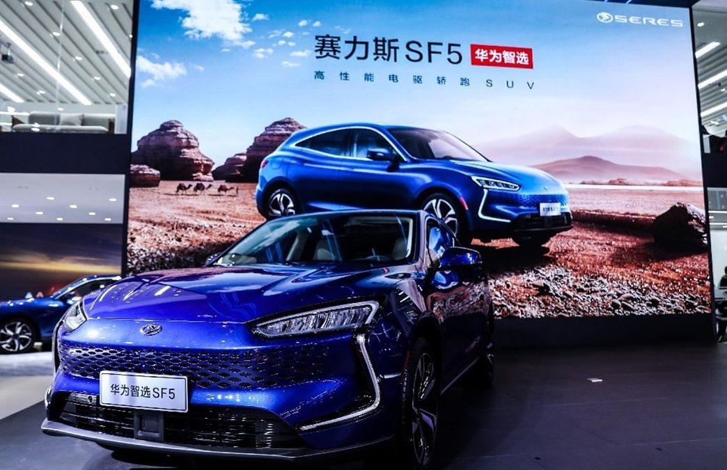 Huawei v svojih trgovinah začenja s prodajo električnih avtomobilov
